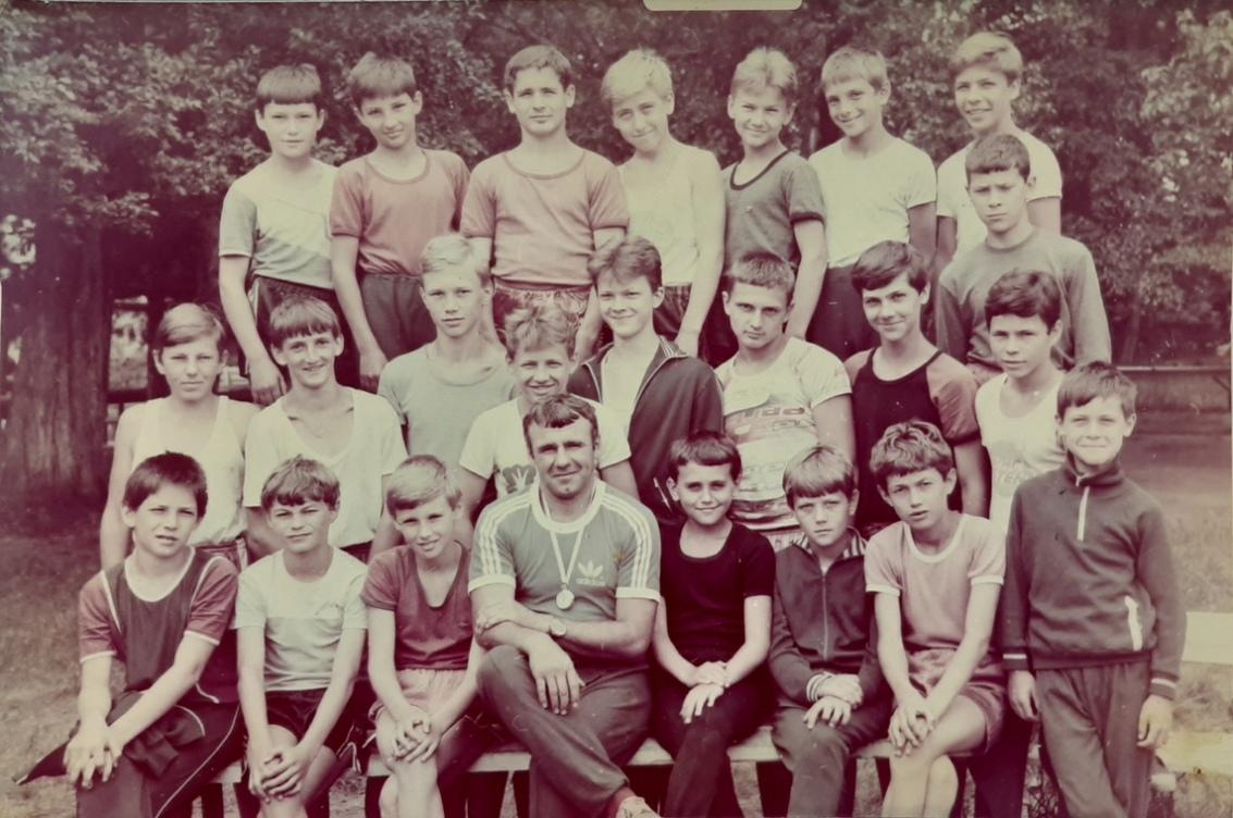 В начале тренерской деятельности с воспитанниками в спортлагере.