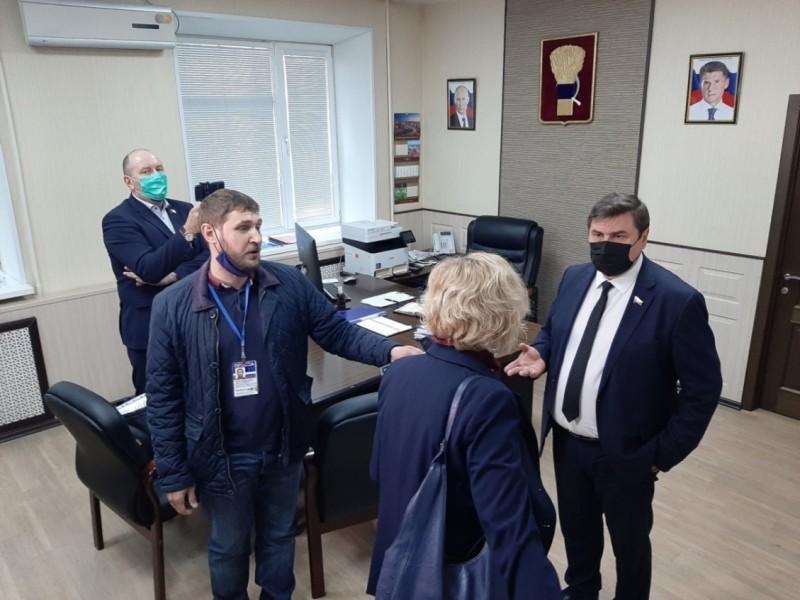 После думского заседания в кабинете председателя Думы Александра Черныша, Александр Черныш справа.
