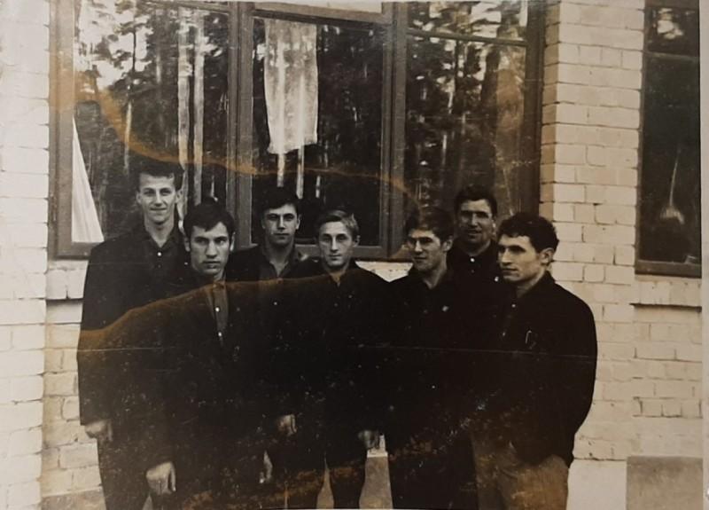 В Даугавпилсе, 1965 год. Валерий Попов - второй слева, Вячеслав Марьяндышев - третий справа, тренер Геннадий Косенко - второй справа.