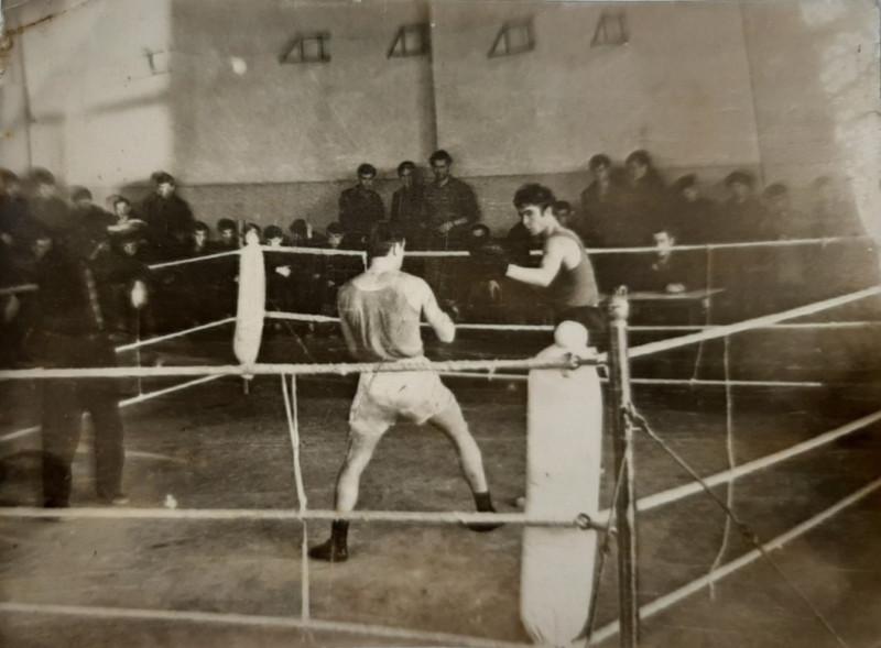 Валерий Попов (спиной) в ДК им. Чумака против Кудинова.