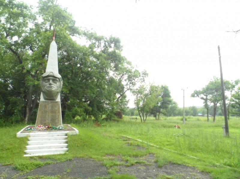 На фото - памятник в Хороле, посвященный летчикам-гвардейцам.