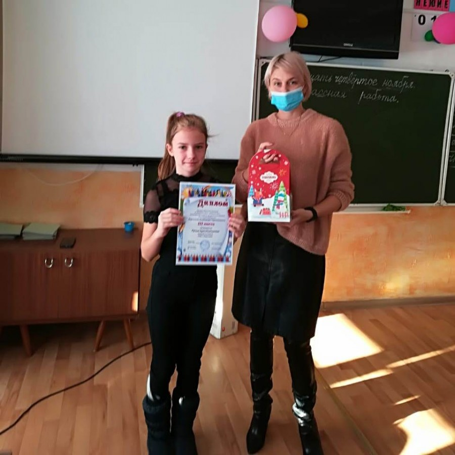 Директор школы с. Борисовка Юлия Степаненко вручает награду.
