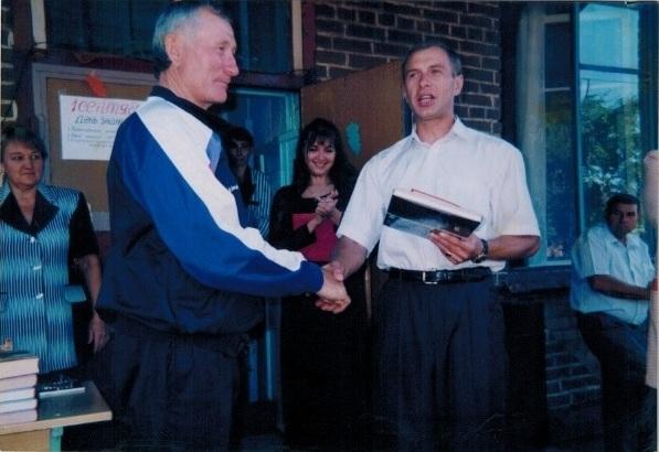 Владимир Борисенко около школы с. Борисовка.