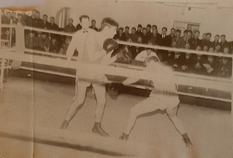 Владимир Оттенко (слева) боксирует против Вячеслава Марьяндышева (Уссурийск), чемпионат Приморского края 1969 года.