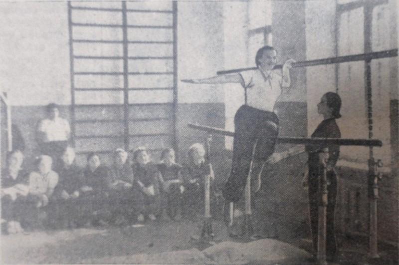 "На уроке физкультуры в спортивном зале пединститута, фото Е. Абезгауза, газета ""Коммунар"", 1955 год."