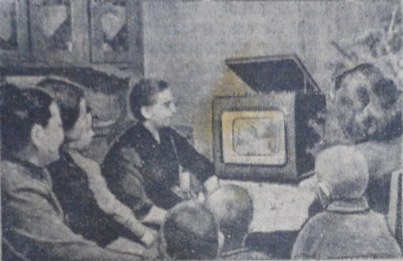 На фото В.А. Дергачева и ее соседи смотрят телевизионную передачу из Владивостока. Фото Е. Абезгауза, газета «Коммунар».