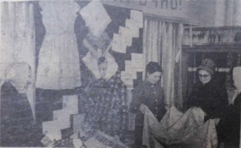 """На фото — выставка-продажа льняных тканей, открывшаяся в апреле 1964 года в магазине № 78 г. Уссурийска, фото В. Ткаченко, газета """"Коммунар""""."""