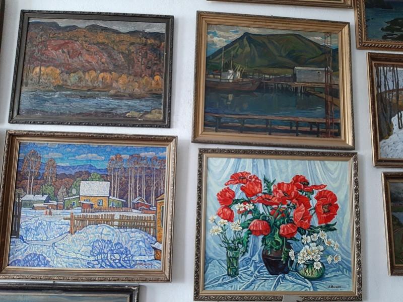 Картины в мастерской художника.