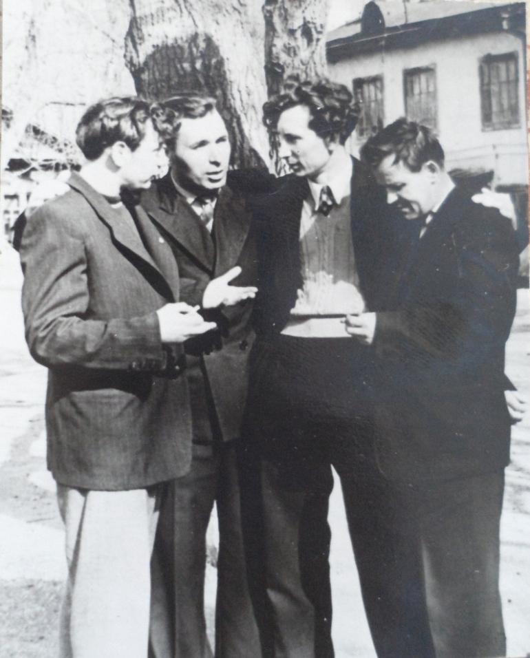 Александр Беляев слева, первый справа — Борис Грацианский, второй справа — волейболист Эдуард Труфанов, фото из семейного архива Игоря Грацианского.