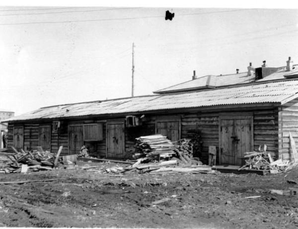 Двор по ул.Ойунского (19 или 21). Сараи. На дверях номера квартир. Такие же двери на другой стороне. Для другого дома. Видна его крыша.  1960-61г