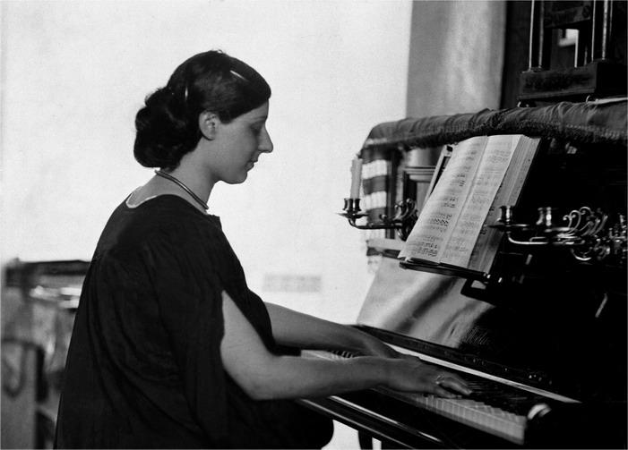 Resize of mathilde-hofer-am-klavier