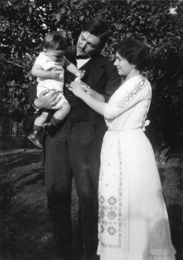 August Macke with his wife Elisabeth and son Walther in 1911