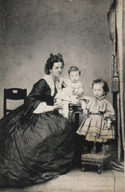 Resize of Narianna with mother and brother