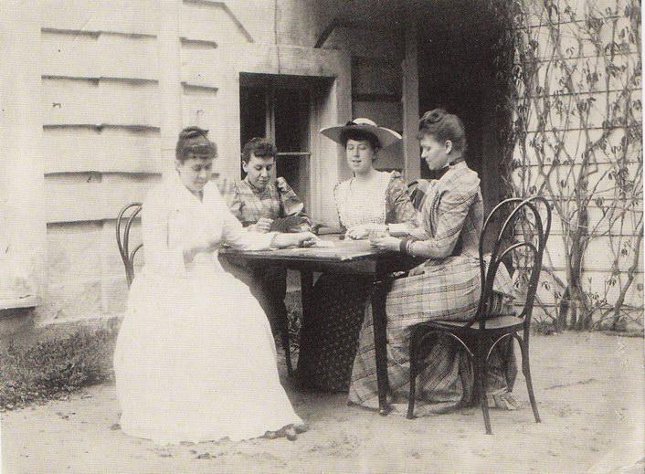 Маринанна с двоюродной сестрой Лидой и друзьями, 1890