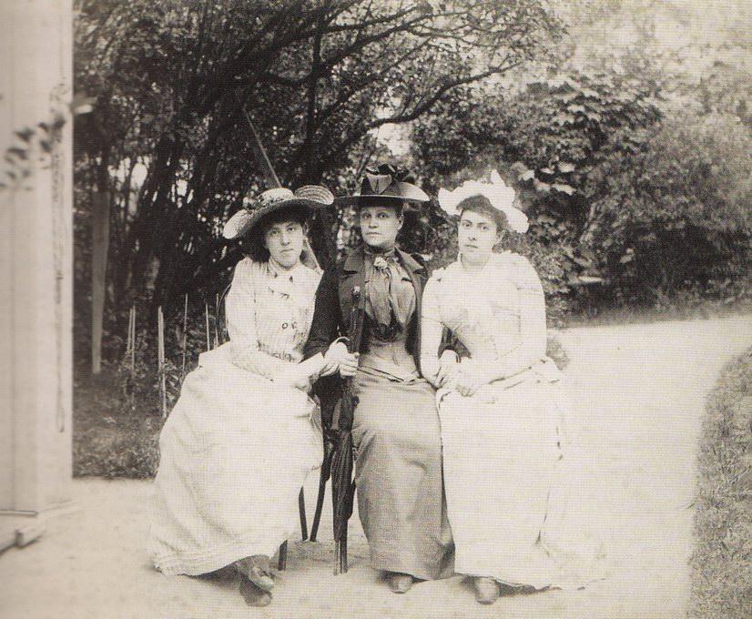 С подругой и кузиной Лидой, 1890