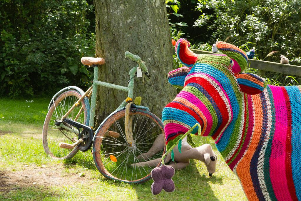 Cow-and-bike-yarn-bombing-Mørke-Djursland-HejRene
