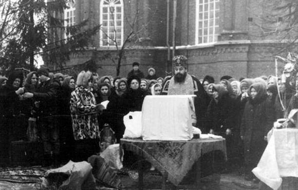Іоасаф та його парафіяни. Місто Обоянь на Курщині.