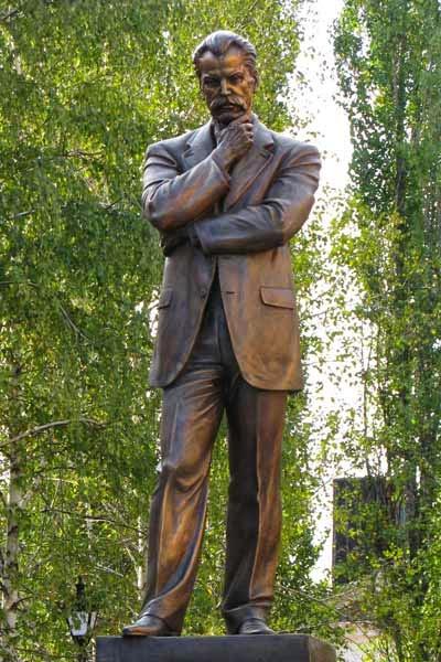 Пам'ятник В. Винниченкові. Місто Кропивницький (колишній Кіровоград).jpg