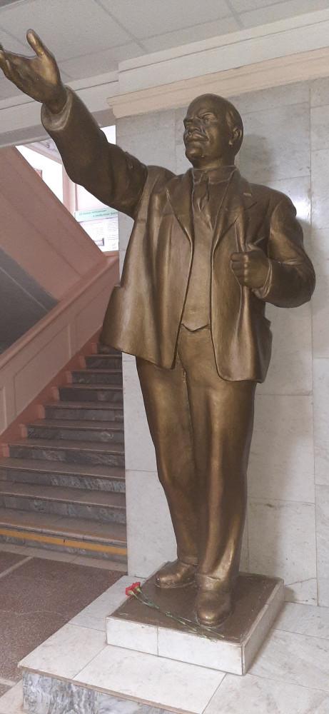Памятник Владимиру Ильичу Ленину в холле Педагогического университета