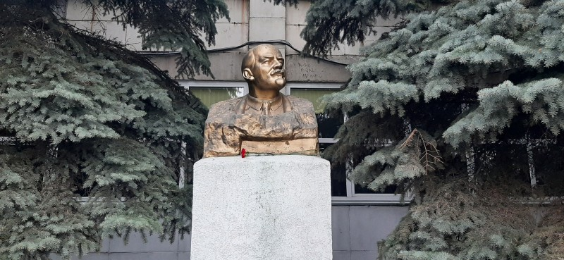 Памятник Владимиру Ильичу Ленину у Промышленно-гуманитарного техникума