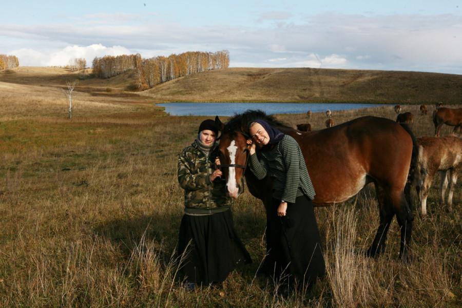 две девушки с лошадьми