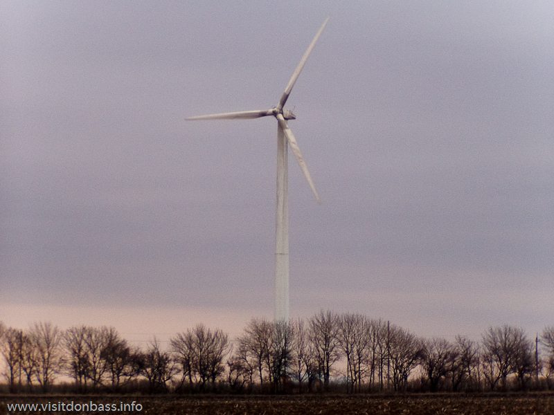 Сегодня объекты ветроэлектростанции видны с трассы Мариуполь - Новоазовск