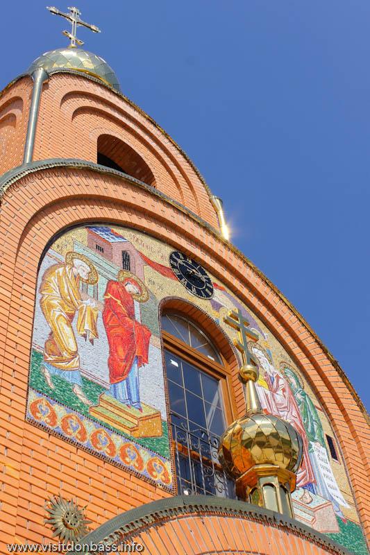 Свято-Покровский храм в селе Боевое. Мозаика на фасаде