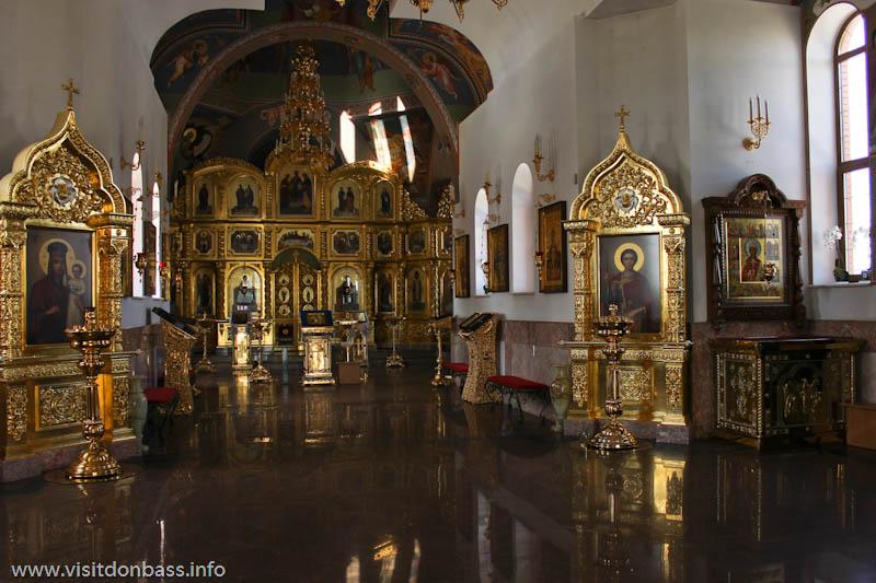 Свято-Покровский храм в селе Боевое. Интерьер и алтарь