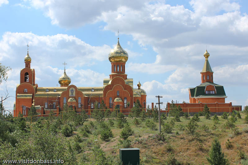 Свято-Покровская церковь в селе Боевое. вид с дороги