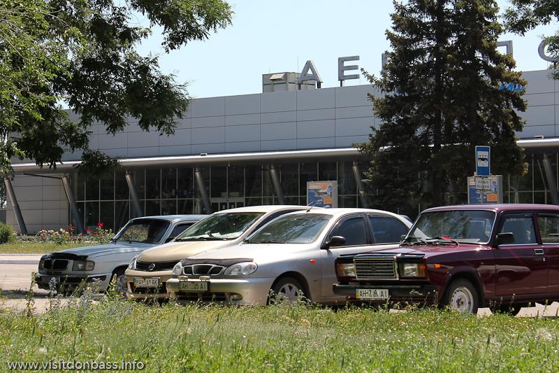 Машины на парковке возле аэропорта Мариуполь
