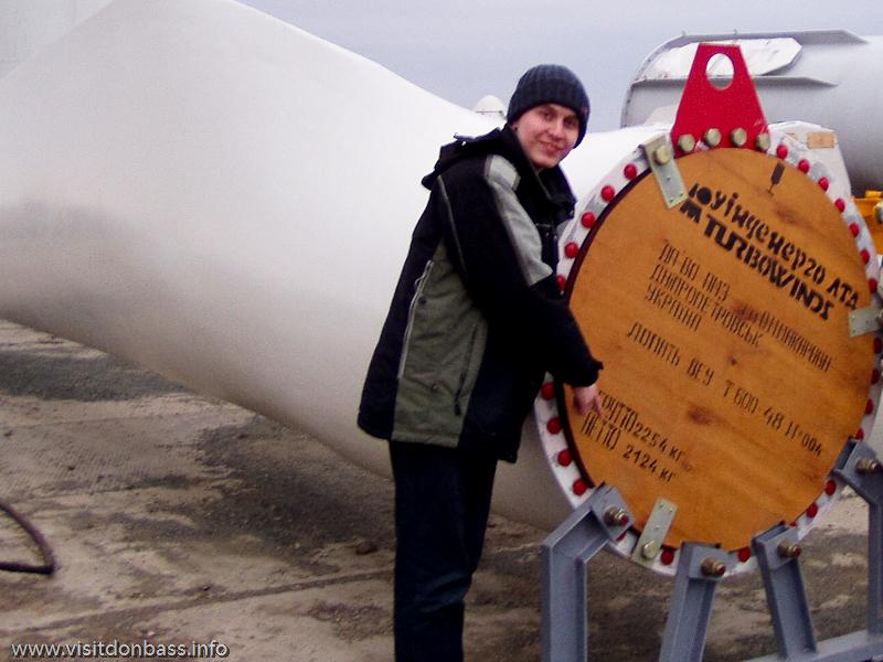 Вблизи лопасть турбины просто огромна, но при этом она должна быть относительно легкой
