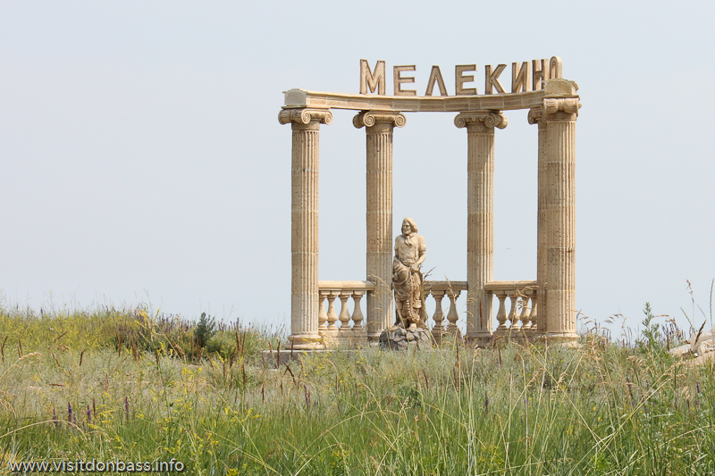 Скульптурная композиция в Мелекино: колоннада и рыбак с осетром