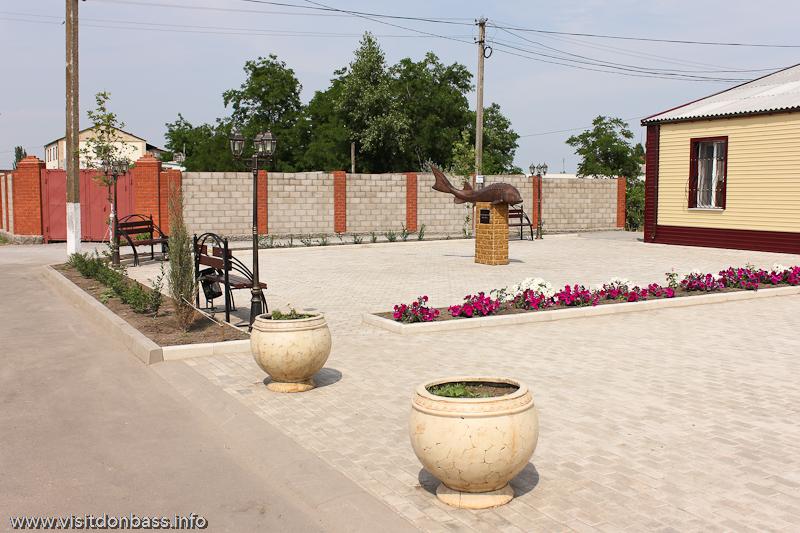 Для памятника осетру сделали новую площадь