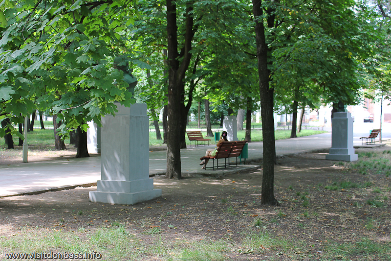Аллея просветителей с бюстами писателей и ученых в городском саду Мариуполя