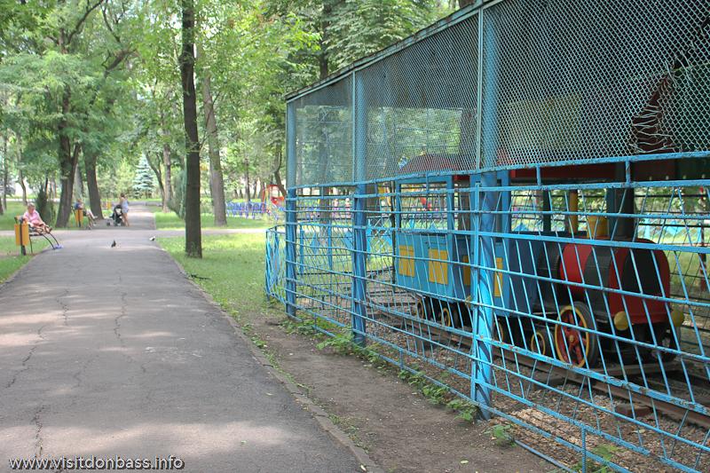 Паровозик в городском саду Мариуполя за решеткой
