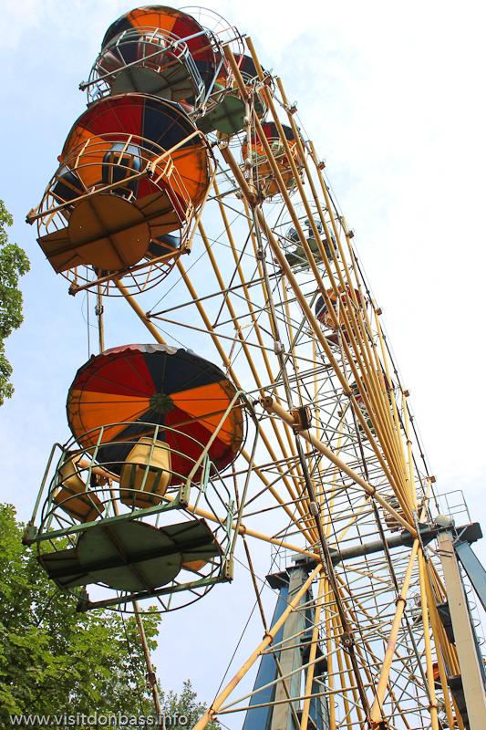 Колесо обозрения в городском саду Мариуполя