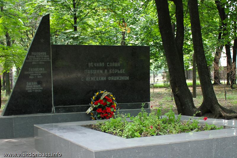Памятник погибшим во второй мировой войне в городском саду Мариуполя
