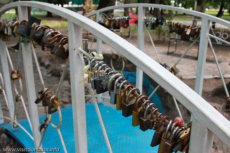 Замки на мосту влюбленных в Мариуполе
