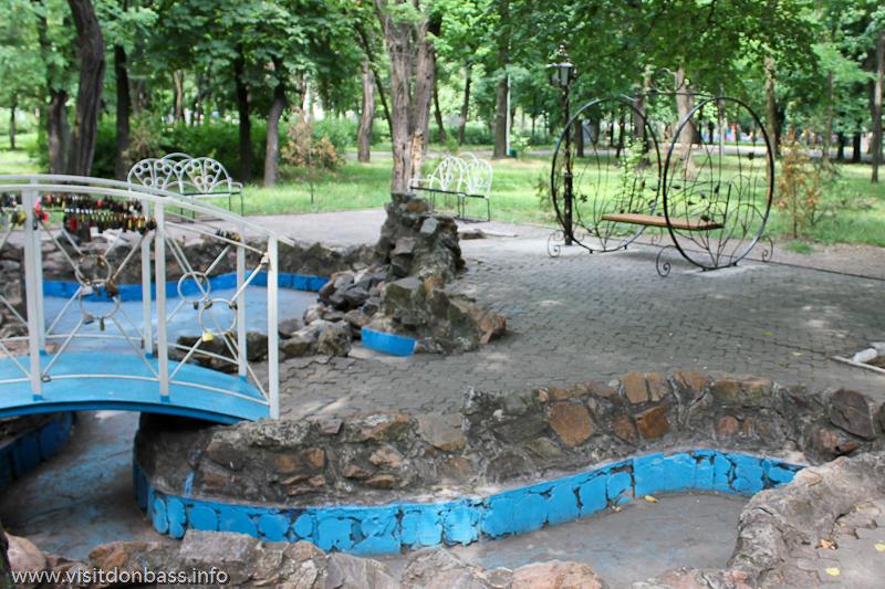 Аллея влюбленных в Городском саду Мариуполя