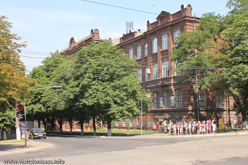 ПГТУ красный корпус фасад. Здесь расположена галерея работ Георгия Короткова