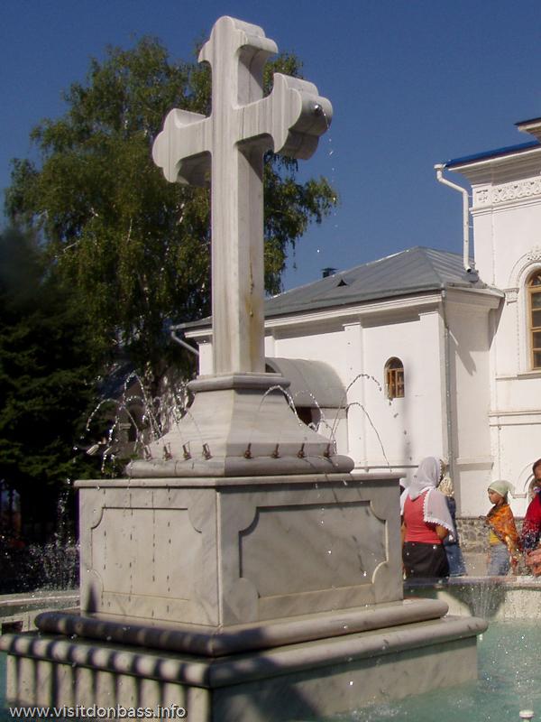 Мраморный крест в фонтане на территории Святогорской Лавры