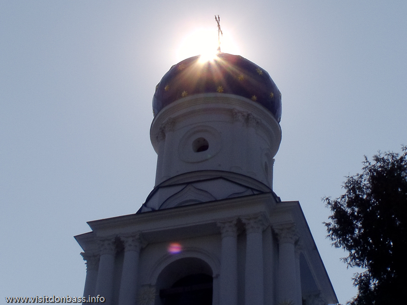 Синий купол Покровской церкви с колокольней в Святогорской лавре