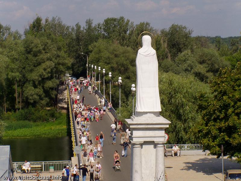 Мост через реку и монумент Богородице около Святогорской Лавры