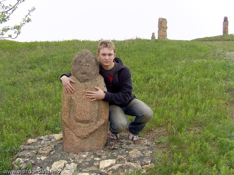 К каменным скульптурам Хомутовской степи не запрещено прикасаться