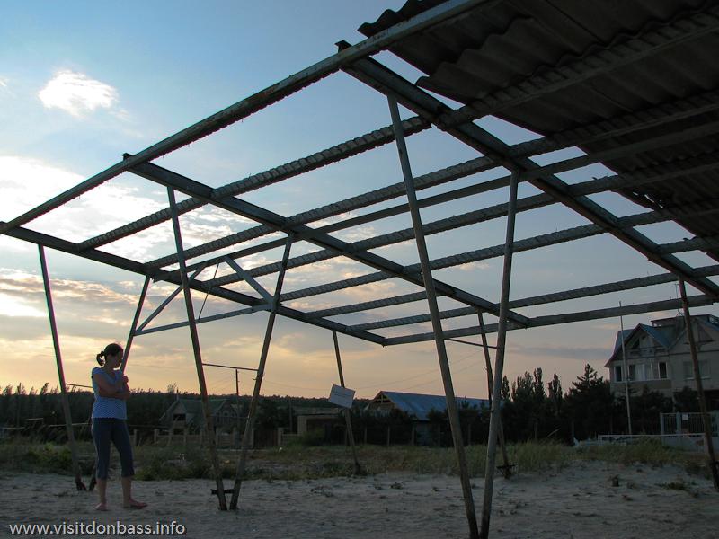 Нет хозяина - некому перекрыть крышу на павильоне на пляже в поселке Ялта около Мариуполя