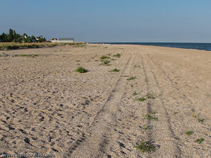 Ближе к концу косы песчаный пляж превращается в ракушечный