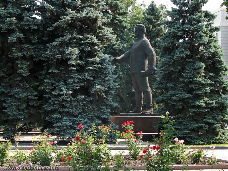 Памятник Серго Орджоникидзе около здания управления МК Азовсталь