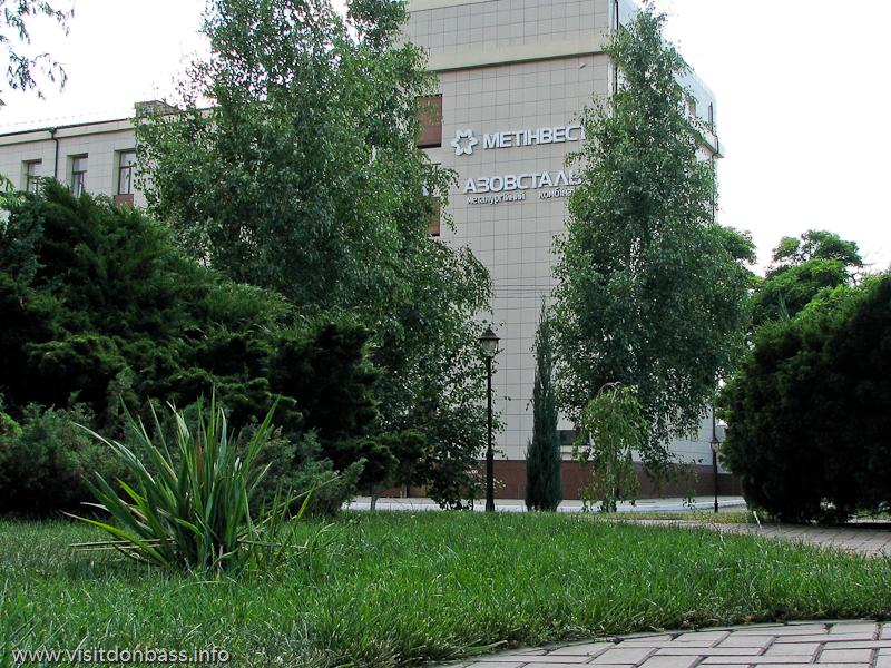 Логотип Метинвеста на самом видном месте здания конторы