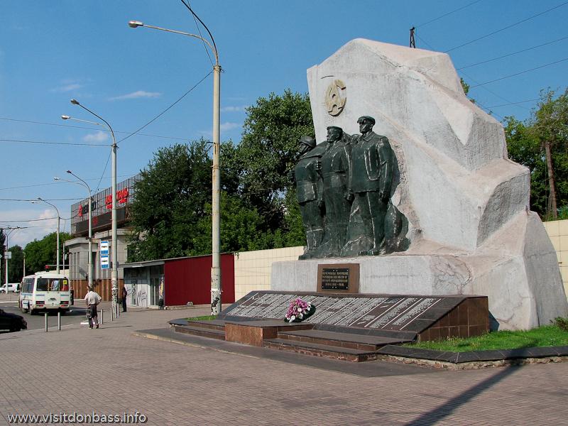 Памятник погибшим азовстальцам установлен около центральных проходных меткомбината
