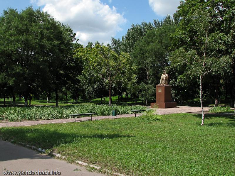 Памятник Макару Мазаю в Мариуполе после реконструкции